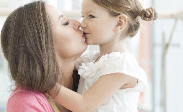embrasser ses enfants sur la bouche bonne ou mauvaise id e. Black Bedroom Furniture Sets. Home Design Ideas