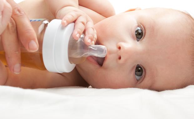 hoeveel drinkt een baby